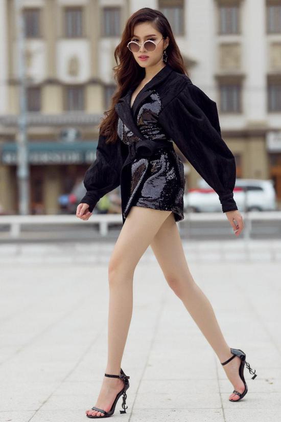 Váy cổ vestđược phối chất liệu vải ánh kim cùng các chi tiết tay bồng, xệ vai và đặc biệt là phần vạt quấn dáng ngắn giúp người mặc sexy hơn.