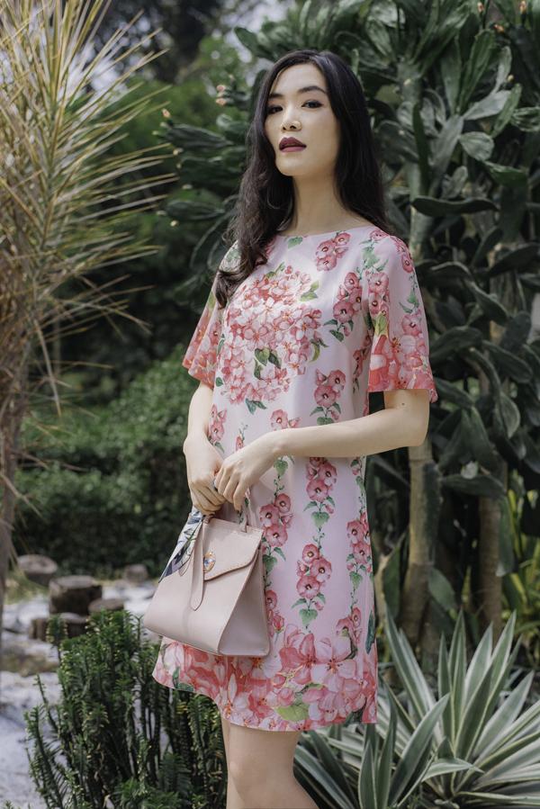 Với bộ sưu tập mới, nhà thiết kế Adrian Anh Tuấn sẽ chiều lòng các nàng văn phòng mê mặc đẹp và muốn thể hiện sành điệu cùng xu hướng trang phục in hoa.