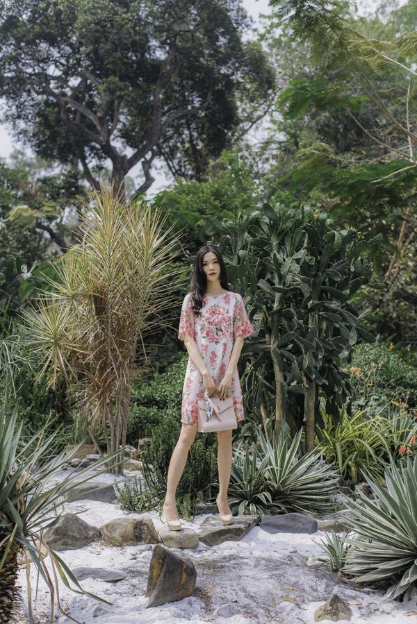 Mùa hè luôn đánh dấu sự lên ngôi của sắc màuvà họa tiết nổi bật, chính vì thế nhà mốt Việt đã khai thác họa tiết in với gam màu trắng,hồng đậm chất nữ tính.