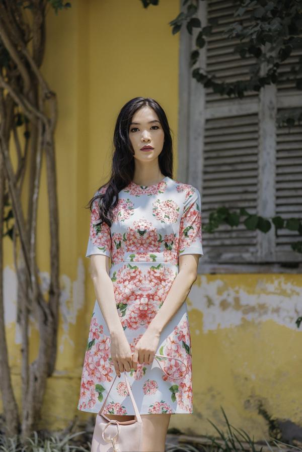 Đi đôi với tông màu và họa tiết hợp xu hướng, các mẫu thiết kế tập trung vào kiểu dángváy chữ A,váy suông,đầm xoè phù hợp với bạn gái văn phòng yêu vẻ đẹp thanh lịch và hiện đại.