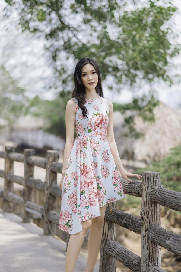 Bên cạnh các mẫu váy suông thông dụng, nhà tạo mẫu cũng giới thiệu thêm các mẫu váy hạ eo, váy xếp nếp có điểm nhấn nhẹ nhàng và làm đa dạng về phom dáng.
