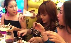 Thúy Nga nhắc đàn chị: 'Ăn tiệc phải từ tốn chứ đừng như Hari Won'