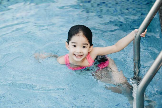 Con gái siêu mẫu Xuân Lan thích thú với bộ môn bơi lội trong những ngày hè.