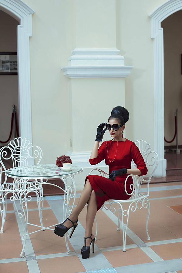 Nhà mốt Việt giới thiệu nhiều phom dáng váy thanh lịch dễ ứng dụng ở nhiềusự kiện như đi làm, đi chơi, dự tiệc.