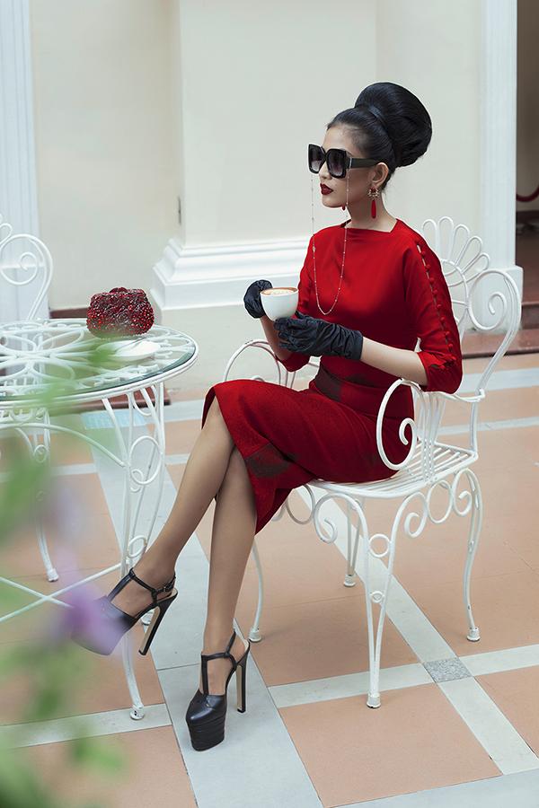 Màu sắc chủ đạo của bộ sưu tập gồmba gam màu chính của phong cách cổ điển làđen, trắng, đỏ.
