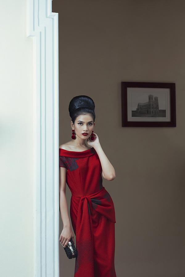 Hoa tai, clutch, mắt kính sang trọng được phối hợp khéo léo để thể hiện tinh thần đồng điệu cùng từng mẫu váy.