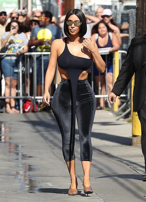 Tới studio của chương trình Jimmy Kimmel Live hôm 30/7, Kim Kardashian chẳng những bị chế giễu bơm hông bên tròn bên nhọn mà còn không được đánh giá cao về gu thời trang. Chiếc áo nhỏ xíu cô mặc nhấn nhá một vạt vải dài thượt, khiến nhiều người thắc mắc về tác dụng của nó.