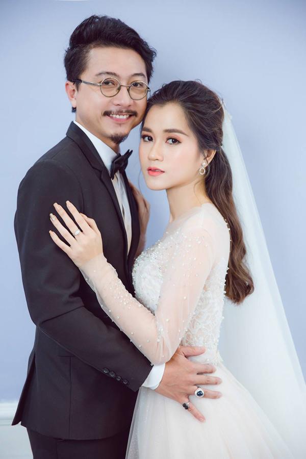 Hứa Minh Đạt và bà xã diện trang phục cô dâu - chú rể thực hiện bộ ảnh kỷ niệm 8 năm ngày cưới.