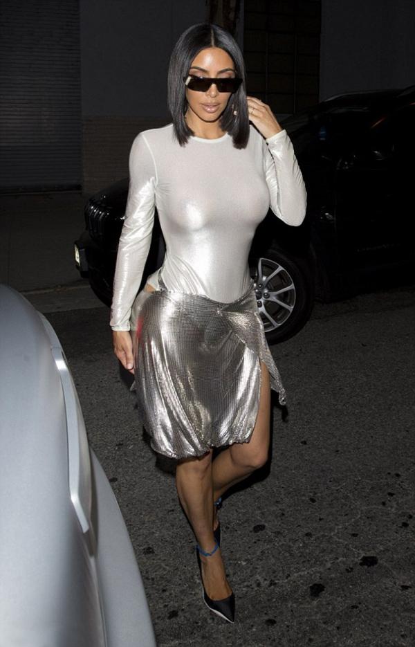 Trước đó hai ngày, Kim xuất hiện với set đồ kết hợp lạ lẫm giữa bodysuit và chân váy cạp trễ.