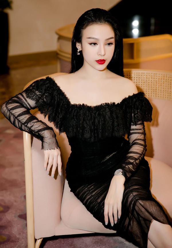 Từ khi lấy chồng đại gia, cuộc sống của hot girl Hà Nội hoàn toàn thay đổi. Cô hiện có cuộc sống giàu sang, viên mãn với hai con đủ cả trai và gái. Huyền Baby sở hữu căn nhà phố trăm tỷ tại Sài Gòn.