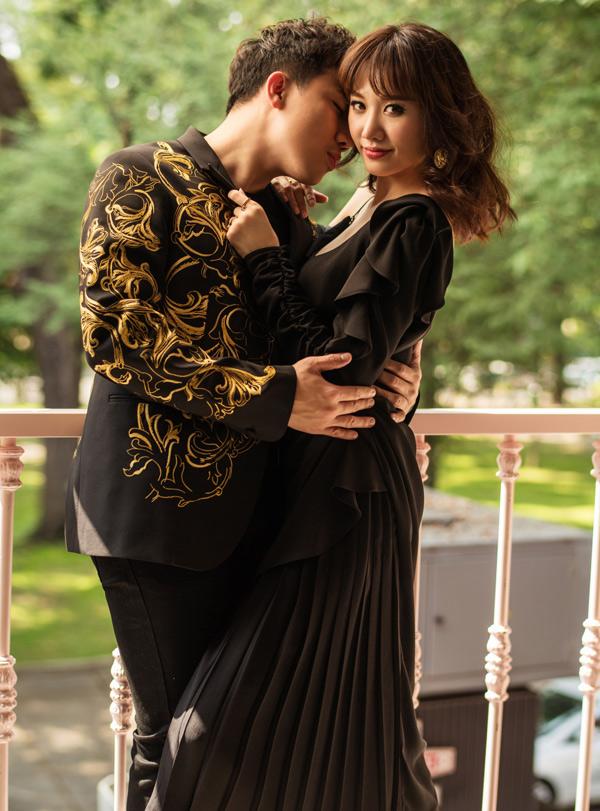 Sau gần 2 năm kết hôn, vợ chồng Trấn Thành - Hari vẫn quấn quýt như sam. Mới đây họ có dịp trải nghiệm cảm giác thử làm cha mẹ khi tham gia show Khi đàn ông mang bầu. Đôi vợ chồng mong tương lai họ sẽ có một cặp song sinh.