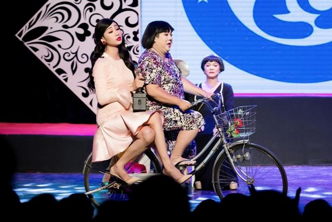 Diễn viên Gia Bảo (phải) và Hải Triều (trái) chở nhau bằng xe đạp trên sân khấu.Gia Bảothừa nhận vai giả gái vốnlà thế mạnh của anhvà được nhiều khán giả yêu thích.