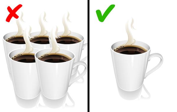 Không uống quá nhiều Bạn chỉ nên uống 1 - 2 ly cà phê mỗi ngày. Uống quá nhiều cà phê có thể khiến cơ thể bị mất nước, gây căng thẳng thần kinh, khiến da xỉn màu hoặc làm rối loạn tiêu hóa.
