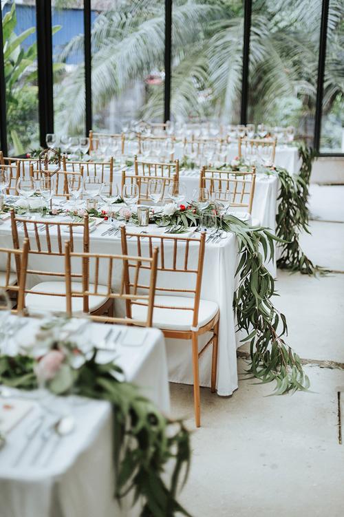 Bàn tiệc khách mời được trang trí bởi nhành cây trải dài. Mỗi bàn tiệc phục vụtối đa 8 suất ăn.
