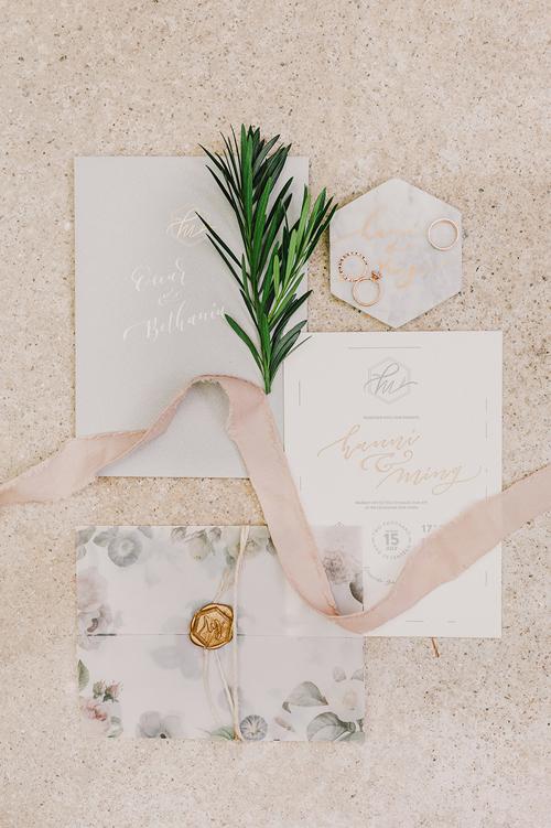 Cô dâu chú rểtỉ mẩn niêm phong từng chiếc thiệpcưới trước khi gửi chúng đến tay khách mời.Toàn bộ thiệp mời được cô dâu tự tay thiết kế và viết chữ thư pháp.