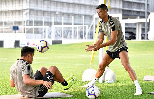 C. Ronaldo tập luyện cùng đồng đội trẻ Dybala. Tại đội bóng mới, CR7 có nhiều đối tác chất lượng trên hàng công, gồm cả chân sút Argentina Higuain.