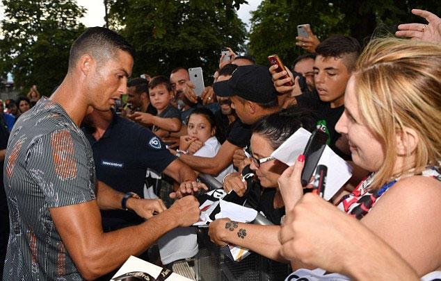 Sau buổi tập, C. Ronaldo cũng dành nhiều thời gian để ký tặng các fan. Anh tạo nên cơn sốt bóng đá hiếm có tại Italy.