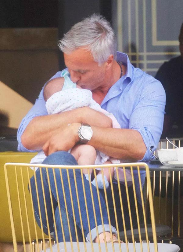 Tiền vệ tài hoa một thời giờ yên ấm bên gia đình nhỏ. Anh đang rất hạnh phúc với người tình trẻ và cô con gái mới chào đời.