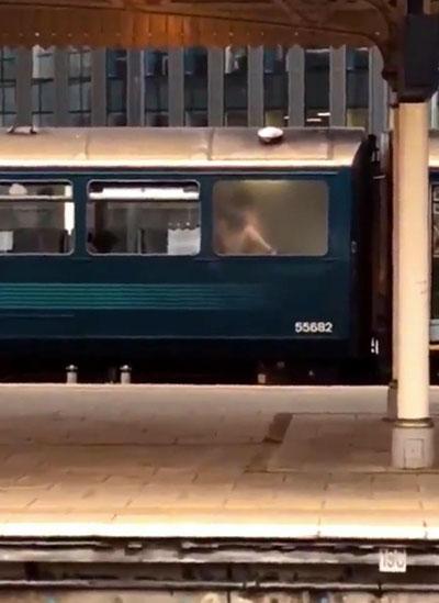 Hành khách chờ tàu ở nhà ga trung tâm, thành phố Cardiff, đều sốc khi nhìn thấy đôi nam nữ khỏa thân trên toilet. Ảnh: Wales News Service.