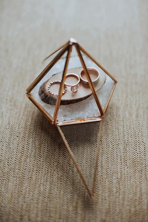 Thay vì hộp đựng nhẫn thông thường, cặp vợ chồng dùng một khối đa giác trong suốt để cất giữ vật chứng thiêng liêng.