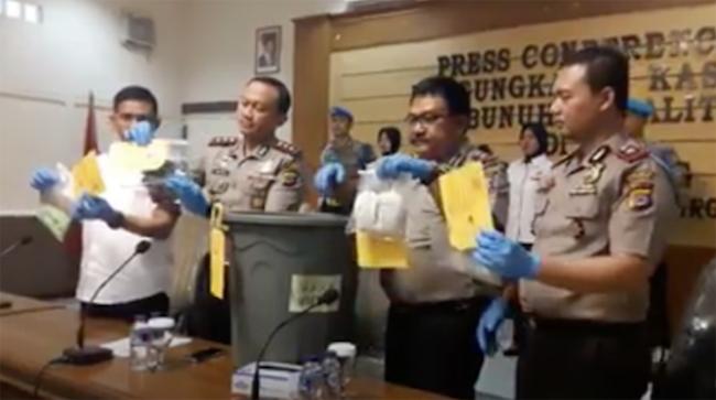 Cảnh sát Serang công bố các vật chứng liên quan tới vụ án trước báo chí. Ảnh: Facebook.