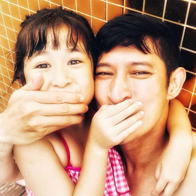 Diễn viên Huy Khánh nô đùa bên con gái.