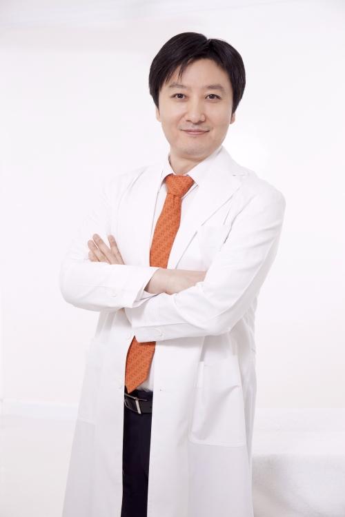 Tiến sĩ, bác sĩ tạo hình thẩm mỹ Nam Seong Han làm việc tại Thanh Hằng Beauty Medi.
