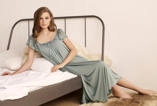 Và đừng quên kết thúc một ngày dài bận rộn bằng giây phút thư giãn trong chiếc đầm ngủ kiêu kỳ của Guy Laroche.