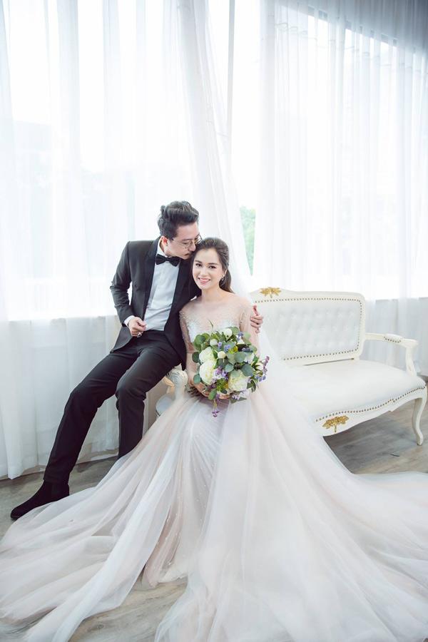 Hứa Minh Đạt chia sẻ, hai vợ chồng ngẫu hứng thực hiện bộ ảnh cưới như một cách hấp hôn, đánh dấumột chặng đường gắn bó bên nhau.