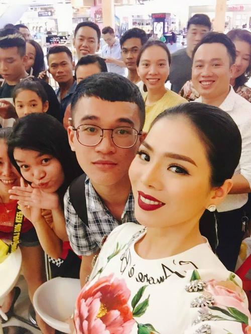 Lệ Quyên chụp ảnh cùng fan khi tham dự lễ ra mắt MV Hello của Đàm Vĩnh Hưng.
