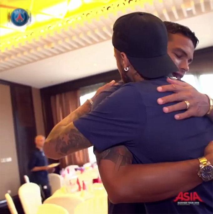 Neymar có mặt tại Trung Quốc vào hôm 1/8. Sáng hôm sau, anh có buổi gặp gỡ với các đồng đội tại khách sạn ở Thâm Quyếnnơi PSG đóng quân chuẩn bị cho trận tranh Siêu Cup Pháp với Monaco. Chân sút Brazil vui mừng gặp lại người đồng đội và cũng là đồng hương Thiago Silva.