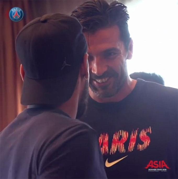 Neymar bắt tay chào hỏi đàn anh Buffon - người vừa gia nhập PSG từ Juventus.