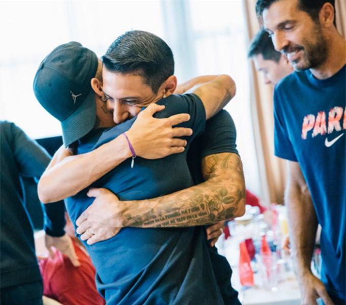 Neymar và Di Maria chào đón nhau bằng cái ôm chặt.