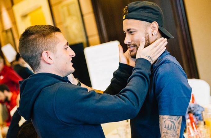 Đồng độiMarco Verratti vuốt má Neymar.
