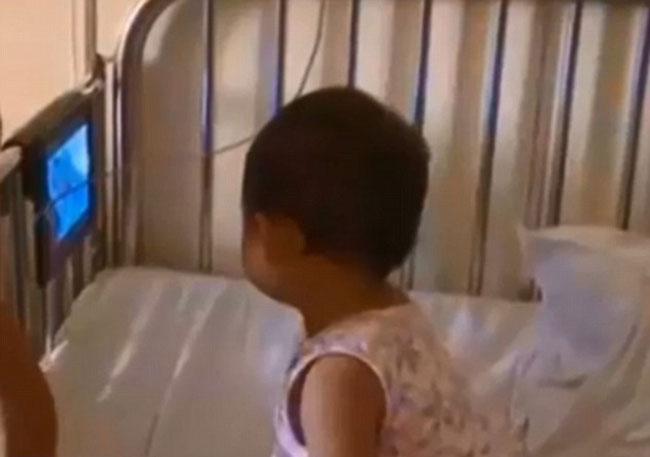 Bé gái 2,5 tuổi hiện khỏe mạnh sau khi bị ngã từ tầng 17. Ảnh: Changzhou TV Station.