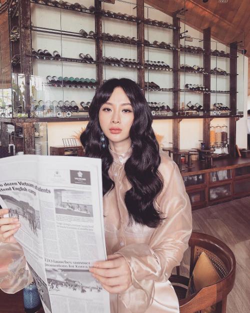 Angela Phương Trinh tạo dáng mặt đơ khi pose hình.