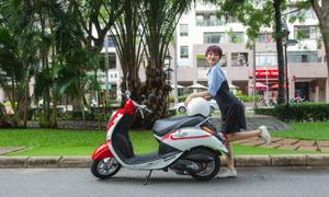 Ca sĩ Hiền Hồ tạo dáng bên xe máy