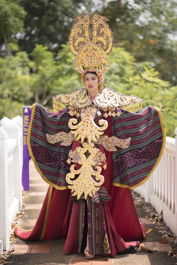 Thí sinh của Malaysia dự thi với trang phục khá cồng kềnh.