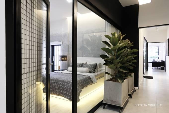Phòng ngủ dành cho khách trước khi cải tạo rất bí, khiến người ở cảm giác ngộp thở. Để khắc phục điều này, Phạm Minh Nhật thực hiệnthu bớt chiều ngang căn phòng, chừa ra một khoảng đặt cây xanh.