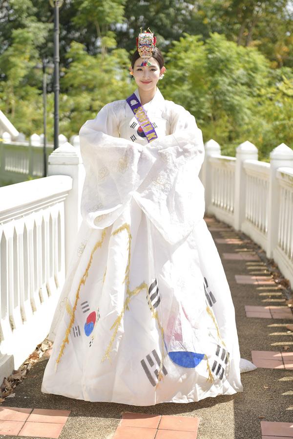 Thí sinh Hàn Quốc xúng xính trong bộ hanbok truyền thống.