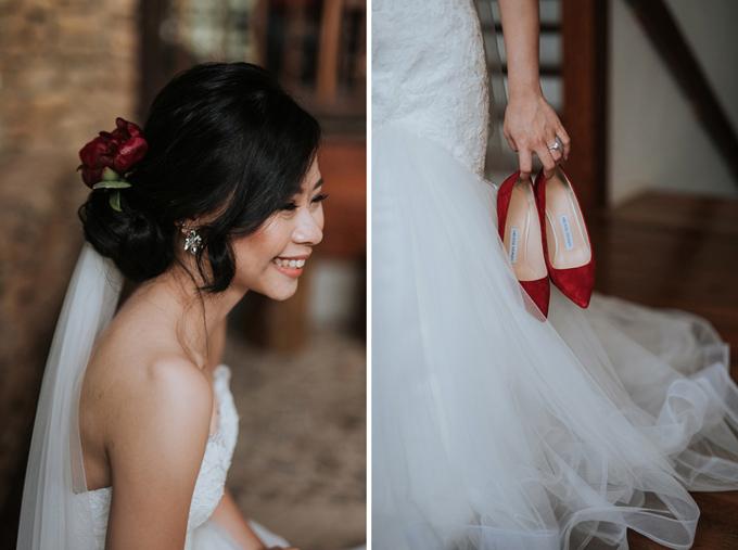 Tân lang tân nương chọn bảng màu gồm đỏ tía và vàng đồng cho hôn lễ. Chúng tôi muốn hôn lễ mang phong cách rustic và có hơi thở của thiên nhiên. Ngoài ra, cả hai không trang trí gì nhiều sảnh tiệc cưới, chú rể cho hay.