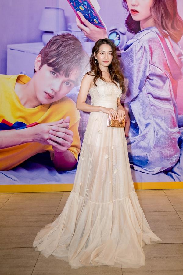 Sara Lưu- thí sinh cùng tham gia chương trình Giai điệu chung đôi với Jsol - mặc váy dạ hội lộng lẫy đến tham dự họp báo.
