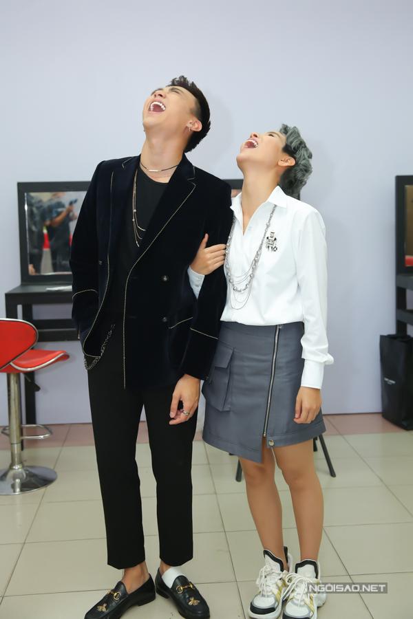 Vũ Cát Tường và Soobin Hoàng Sơn cười đùa không ngớt ở hậu trường buổi ghi hình. Bộ đôi liên tục trêu chọc nhau và tạo dáng hài hước trước ống kính của phóng viên.