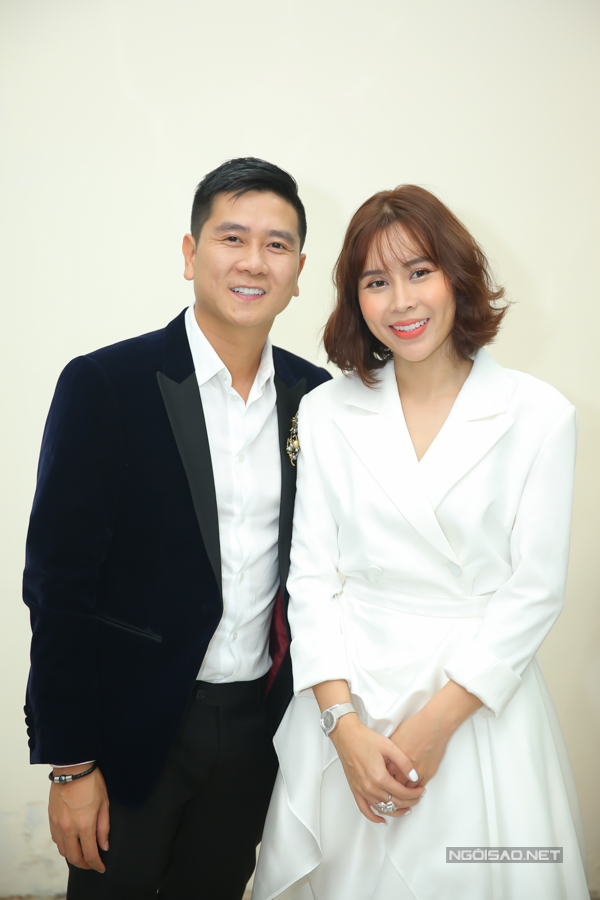 Vợ chồng Hồ Hoài Anh - Lưu Hương Giang mặc ton sur ton tại vòng Giấu mặt.Đây là lần thứ 3 cặp đôi ngồi ghế nóng The Voice Kids. Trước đó, họ từng dẫn dắt Quang Anh và Hồng Minh lần lượt trở thành quán quân của các năm 2013 và 2015.