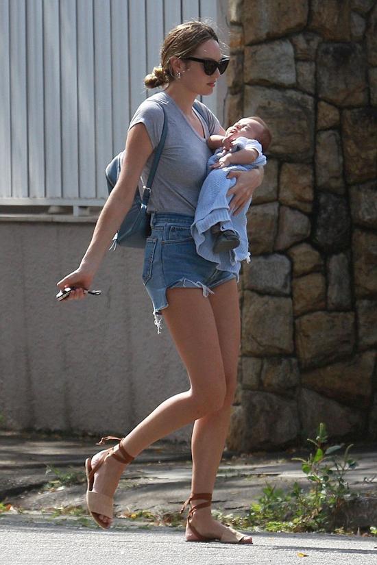 Candice Swanepoel được trông thấy bế con trên phố ở Brazil hôm 2/8. Cô và người mẫu Hermann Nicoli vừa chào đón nhóc tỳ thứ hai - hoàng tử nhỏ Ariel hôm 19/6.