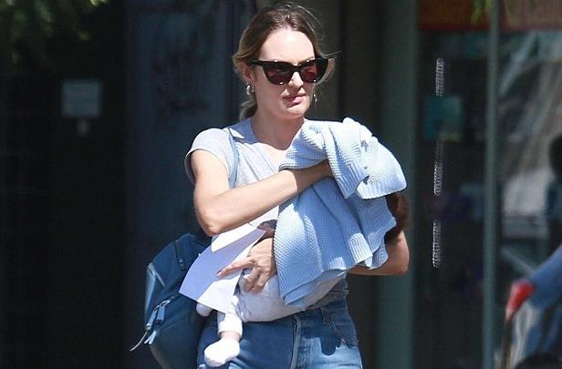 Candice cho con bú sữa mẹ hoàn toàn và đó cũng là một cách giảm cân hữu hiệu.