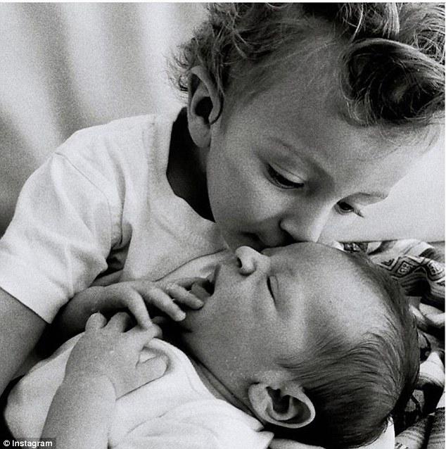 Trên Instagram, Candice chia sẻ bức ảnh con trai đầu lòng âu yếm em. Nhóc tỳ Anaca sẽ tròn 2 tuổi vào tháng 9.