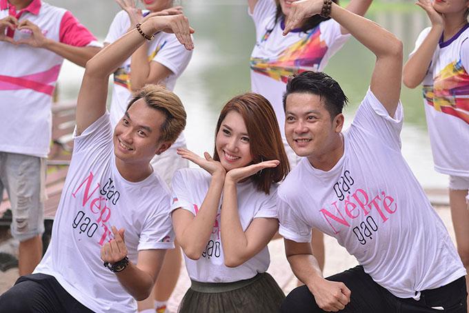 Anh Tuấn, Thúy Ngân và Hoàng Anh cùng nhảy múa trên nền nhạc Đi tìm tình yêu - ca khúc chủ đề của phim do ca sĩ Ôn Vĩnh Khang thể hiện.