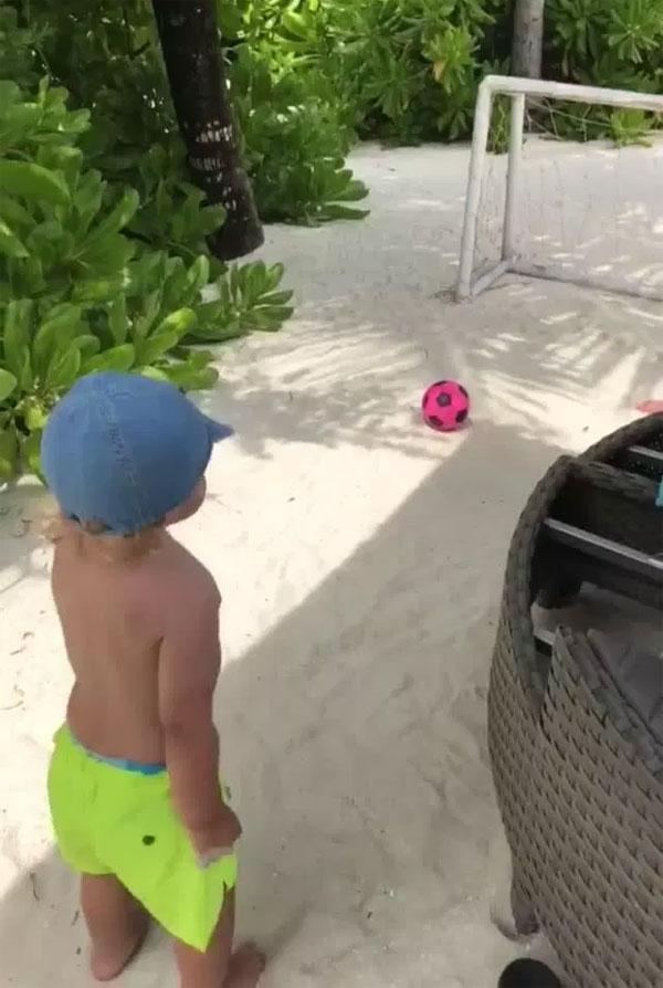 Vardy cho cậu con trai tập sút penalty trên cát.