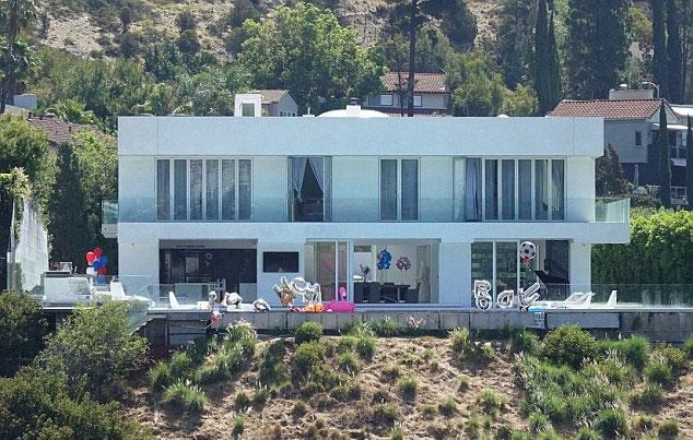 Biệt thự hoành tráng ở Los Angeles vừa được Pogba tổ chức pool party.